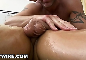 GAYWIRE - Hawt Masseuse Trace Michaels Gets Fucked By His Sexy Client Kevin Crows