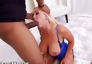 Hot hustler gets big dildo and bbw cock to squirt