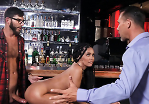 Premier girlfriend Aaliyah Hadid gets caught fucked by the bartender