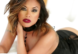 Gorgeous Kaylani Lei uses both forearms and her mouth here get a man off