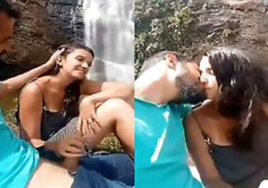 Today Exclusive-Sexy Desi Lover Kissing and Open-air handjob